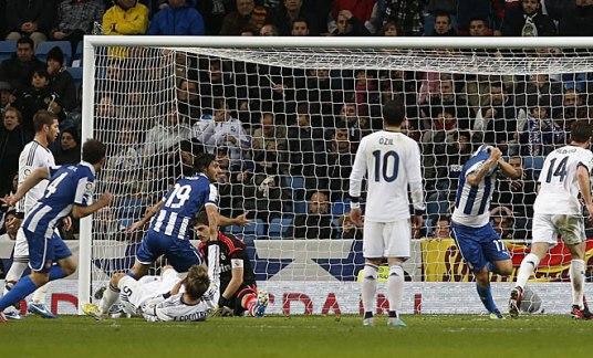 El gol de Albín ante la atenta mirada de Özil, que sirve como extraña metáfora del partido. [Foto de MARCA.COM]